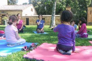 bambini all'aperto durante una lezione di gioco-yoga bimbi