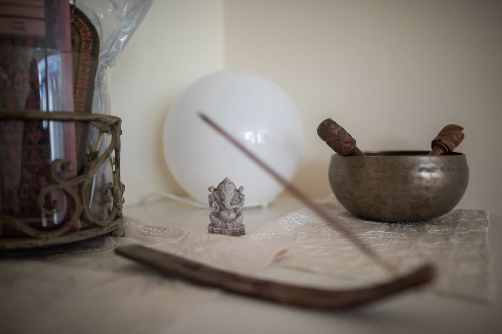 incenso e campana tibetana